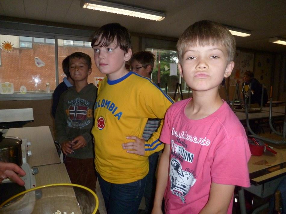 Les enfants prêts à manger le pop corn
