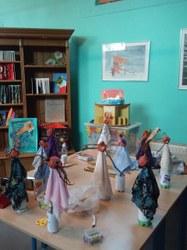 De la terre, des feuilles, des objets ramassés dans la nature et dans les armoires, il n'en faut pas plus aux enfants pour donner naissance aux gnomes, lutins, fées et elfes d'automne...