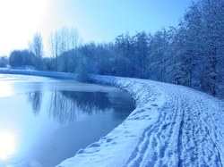Canal sous la neige